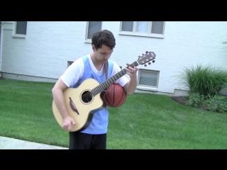 Талантливый парень играет на гитаре и в баскетбол одновременно