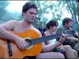 Песня под гитару в весёлой компании на природе - Я у девушка юный бил ночью в гостях