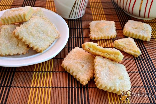 Простое печенье из быстрого слоеного теста на сметане Хочу предложить вам попробовать простое печенье из быстрого слоеного теста на сметане. Печенье получается вкусным, слоеным, хрустящим, можно даже сказать похожим и на песочное. Главное готовится просто и быстро, а в результате - отличная выпечка к чаю.