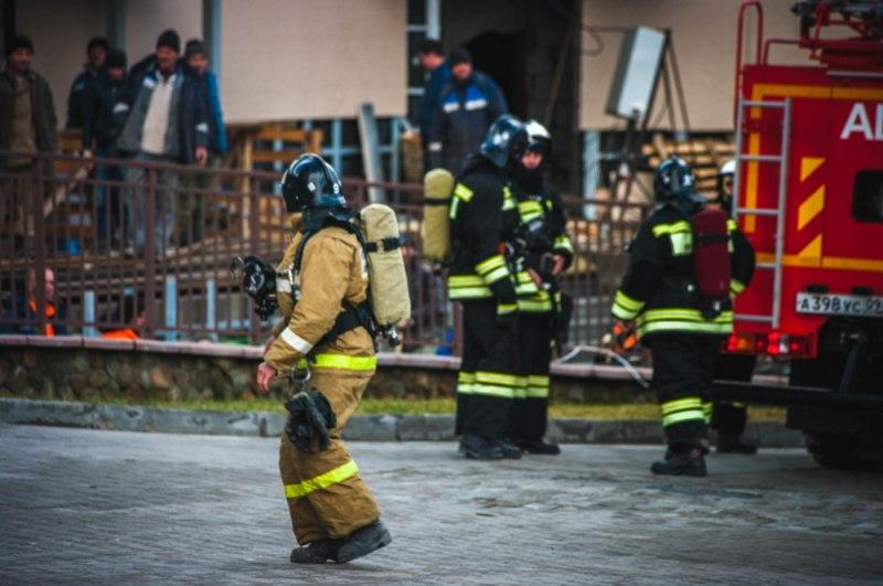 В курортном поселке Романтик «тушили» гостиничный комплекс и эвакуировали людей с канатной очереди