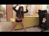 Яна танцует и снимает себя на камеру (типа тверк)