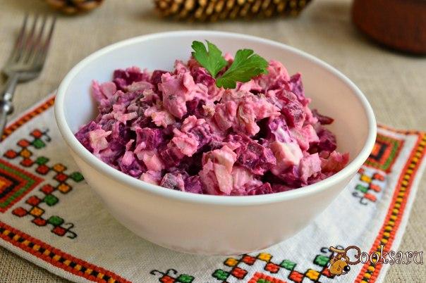 Салат со свеклой, курицей и орехами Салат со свеклой, курицей и орехами - это простой, но очень вкусный салатик, который можно приготовить и на обед или ужин, и на праздничный стол. При наличии готовых продуктов (отваренных - курицы и свеклы), салат готовится за считанные минуты.