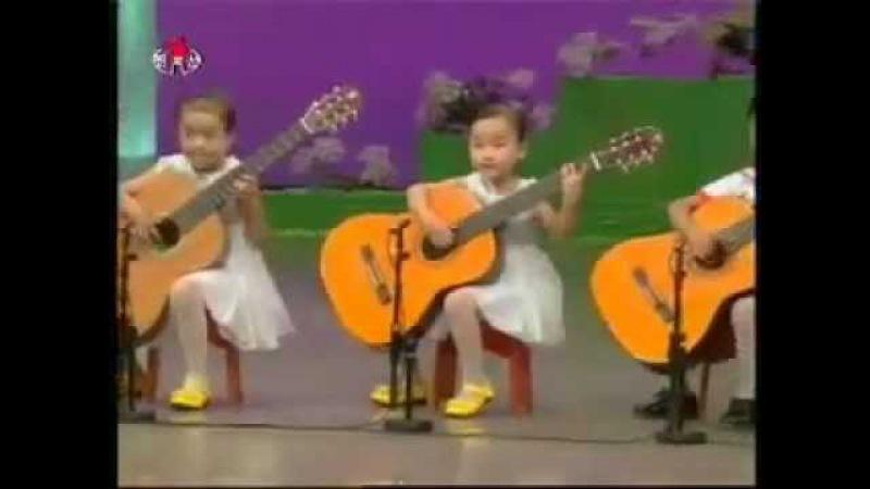 Северокорейские дети играют на гитаре