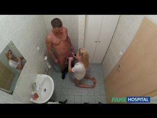 Порно - Медсестра Nikky Dream трахается с пациентов в уборной - [Fake Hospital] (2016)