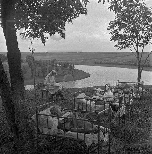 Тихий час в детском саду на свежем воздухе, 1950-е