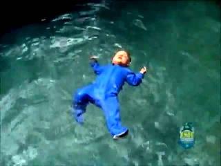 Приколы с Детьми! Отец Бросает Своего Младенца в Бассейн!