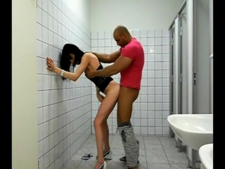 Трахает трансика в туалете male fuck shemale