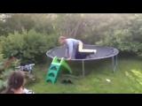 Смеялась 2 дня!) Папа учит дочку прыгать на батуте.