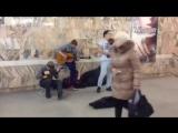 Необычное исполнение уличных музыкантов