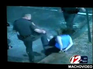 Американский полицейский безжалостно ударил женщину