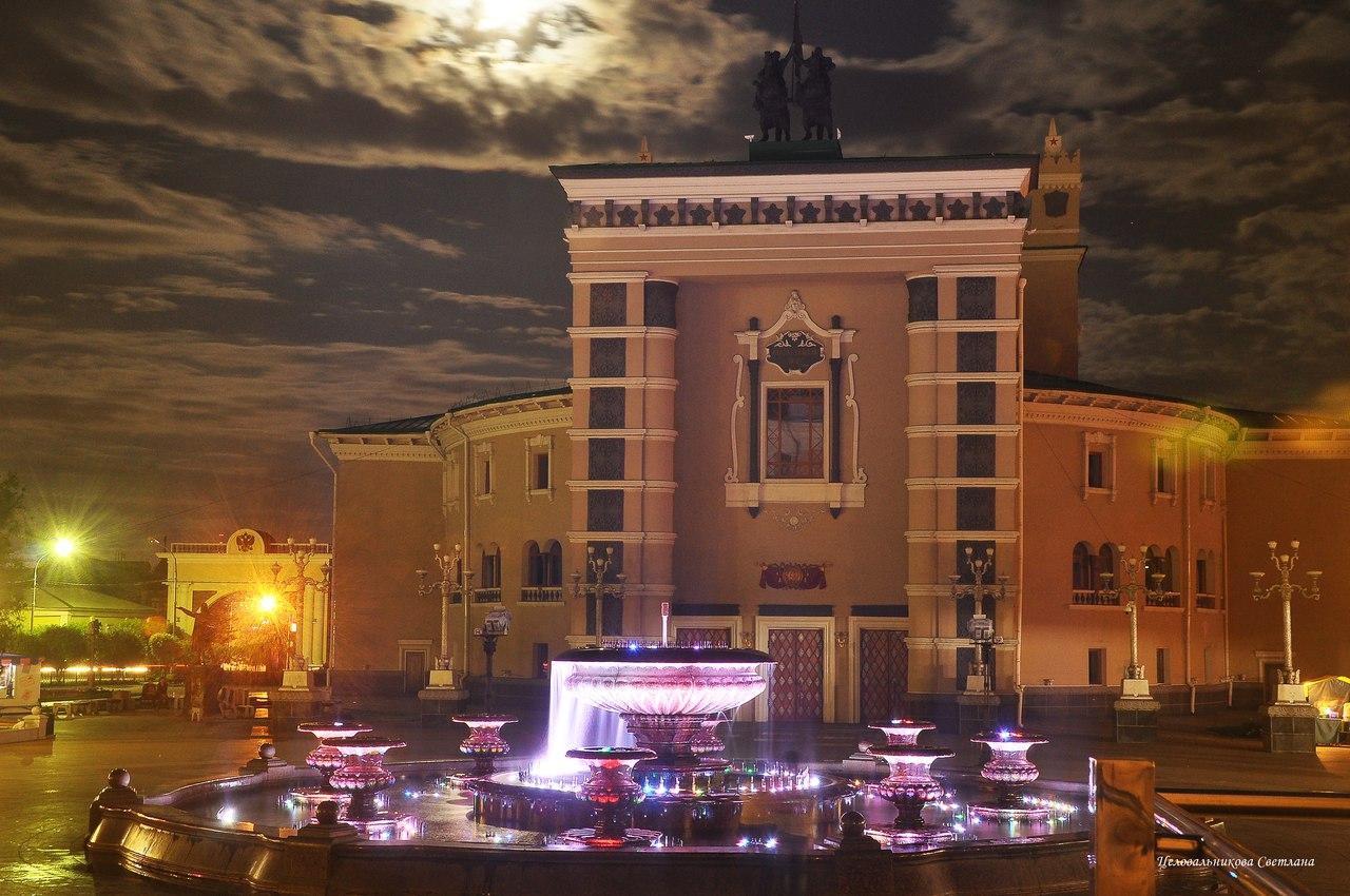 Фонтан возле театра оперы и балета в Улан-Удэ. Вечернее фото фонтана