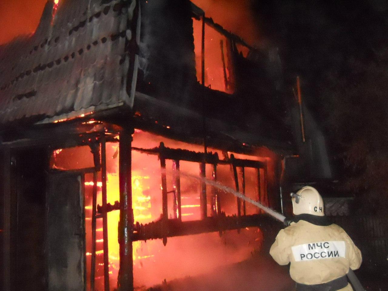 В Таганроге из горящего двухэтажного дома спасен человек