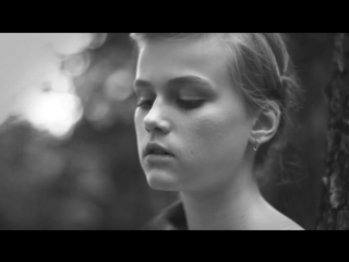 Девушка поет песню Виктора Цоя