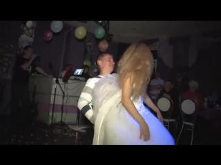 Невеста танцует стриптиз и раздевается перед парнем