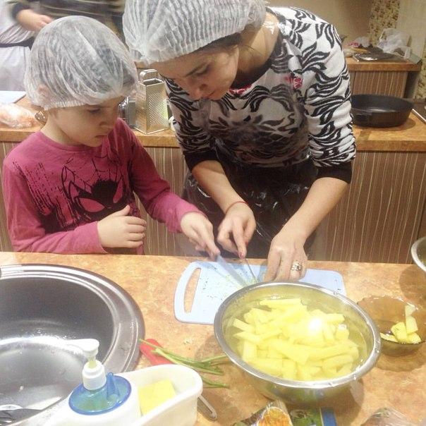 Дочка готовит вместе с мамой!