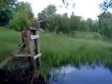 Мужик падает с тарзанка в воду