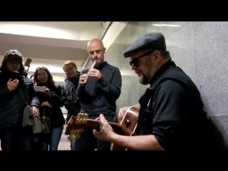 Борис Гребенщиков жег сегодня в переходе у метро Тургеневская :)
