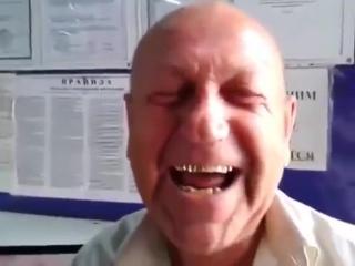 Мужик рассказывает анекдот про кошку сына и жену