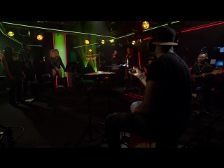 Флер Ист исполняет кавер на композицию 'Levels'