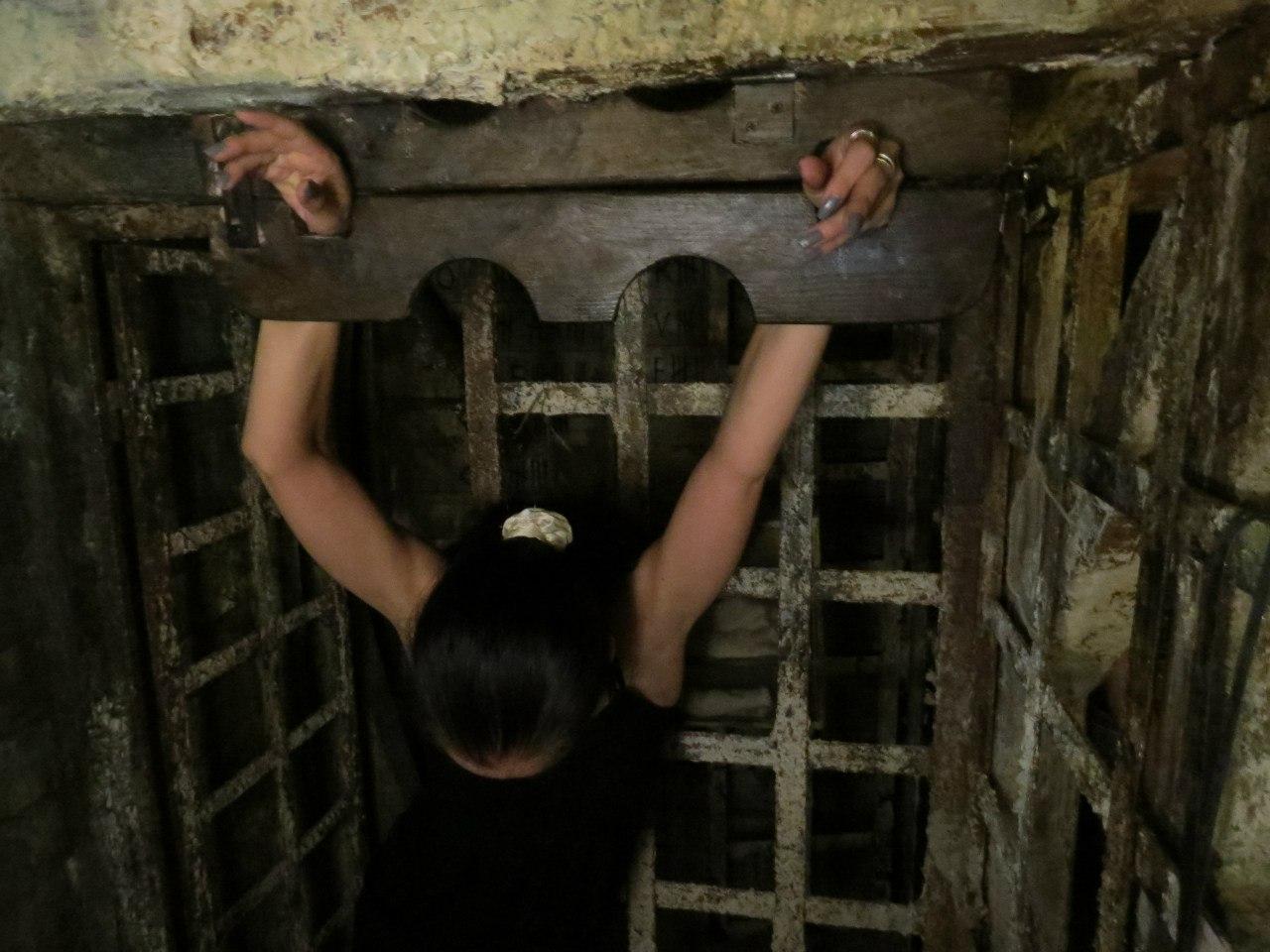 видео заковка в кандалы и наручники ещё,кто решает чья