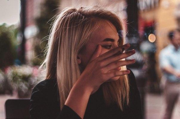 девушка курит когда несчастна