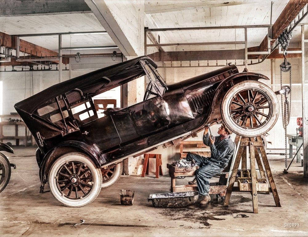 Студебекер в автомастерской, 1919 год.