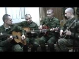 Russian soldiers play the guitar Русские солдаты играют на гитаре.