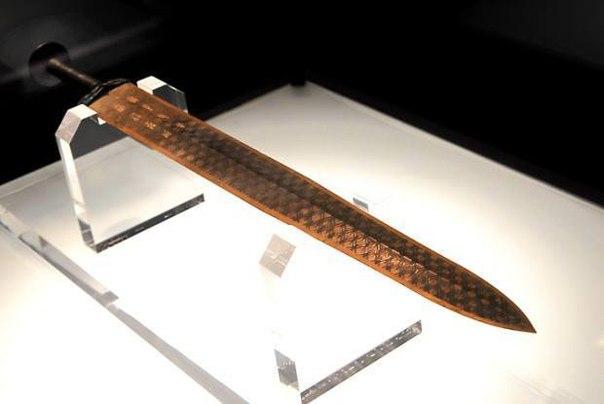 В 1965-м году в одной из древних китайских гробниц археологи нашли меч, на котором,