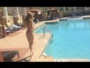 Голую девку сняли около бассейна голой. Грудь показала сиськи попка киска камера