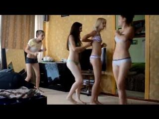 Голые девчонки одни дома видео извиняюсь