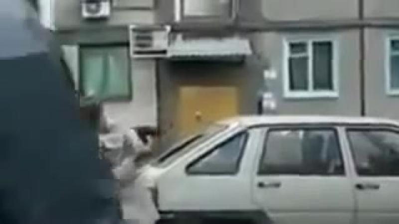 Бабка с топором крушит машины