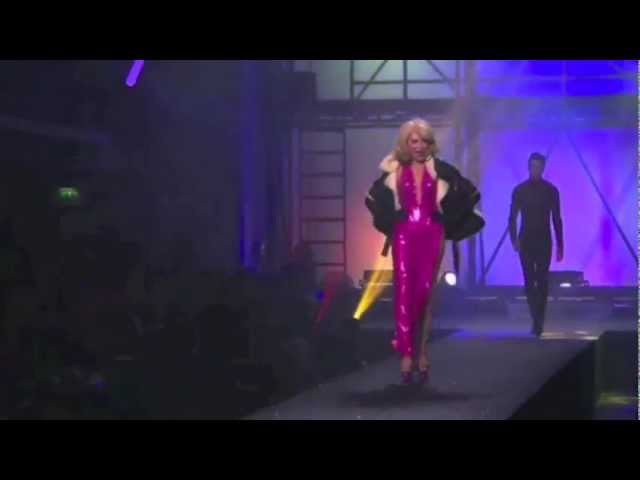 Amanda Lear boys at Jean-Paul Gaultier fashion show (complete and original sound)