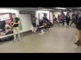 Уличные музыканты играют какой-то дикий даб-стэп [webm]