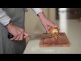 Как мелко нарезать лук ¦ How to chop an onion [Рецепты Bon Appetit]
