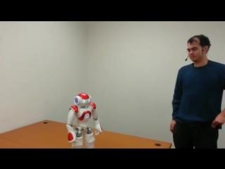 Робот выполняет простые просьбы  человека, но в тоже время отвергает команды, которые могут навредить ему