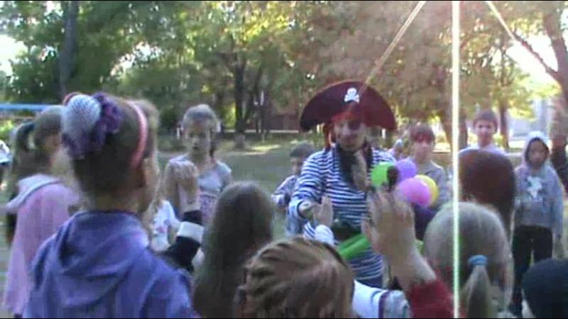 Сегодня провели на детской площадке праздник для наших деток посёлка.Позвали в гости на праздник Пирата и он всместе с детворой