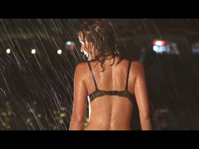 Красивый танец стрип пластики под дождем Ривьера