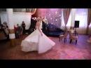 Невеста танцует свадебный танец с большим шлейфом. Свадебный танец в пышном платье