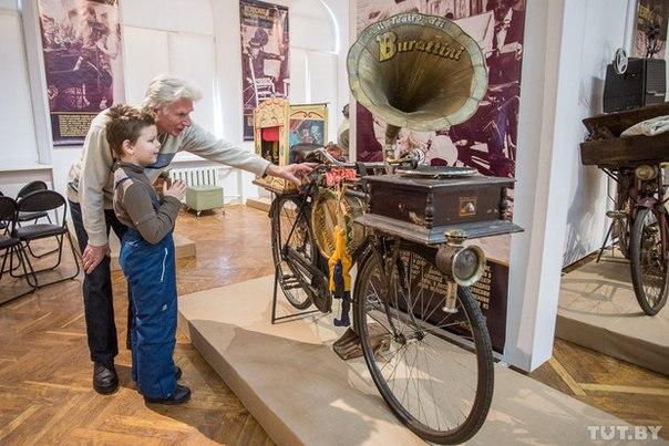 Патефон на руле и кеды вместо колес. В Минске открылась выставка уникальных велосипедов из Италии