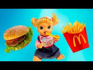 Кукла пупсик Бэби Элайв кушает Гамбургер и Картошку Фри игры для девочек Baby Alive