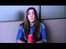 Девушка поет со стаканом известную песню