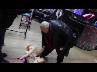 Стас Барецкий разрывает резиновую женщину в СЕКС   ШОПЕ