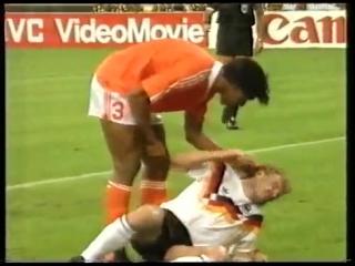 Райкард плюёт в Феллера. ЧМ-1990. 1/8 финала. ФРГ – Голландия 2-1