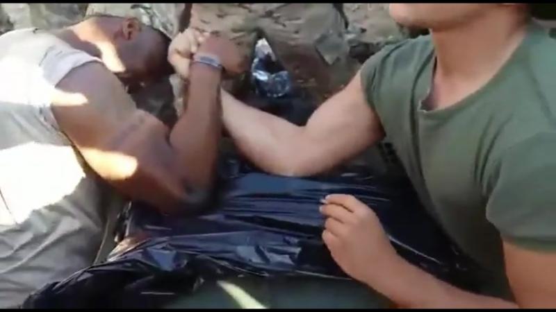 Soldado Español vence a marine norteamericano en un pulso.