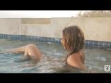 MAGGIE MAY с красивой попой и большой грудью плавает в бассейне /seksiporno