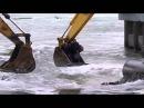 Переправа через реку по русски - при помощи двух экскаваторов