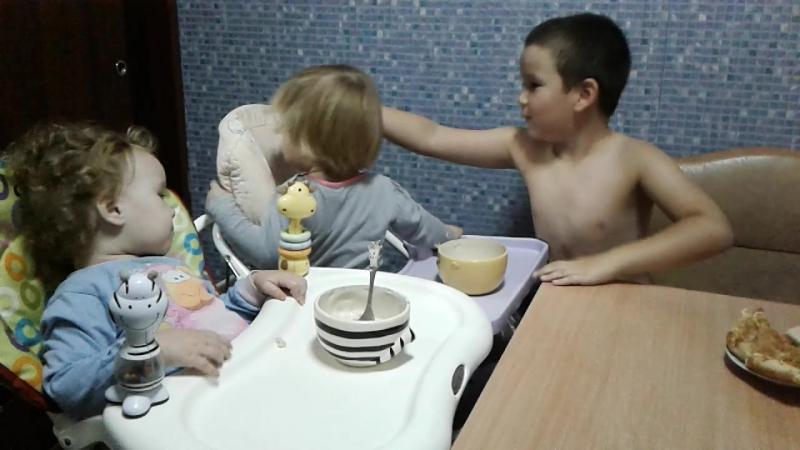 Старший брат кормит сестрёнок двойняшек!
