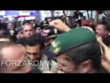 Mohamed Salah sbarca a Roma accolto dai tifosi