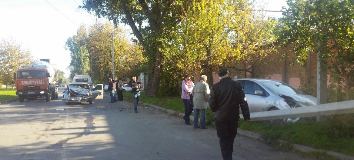 В Таганроге рядом с родильным домом не разминулись Toyota Prius и «Волга»