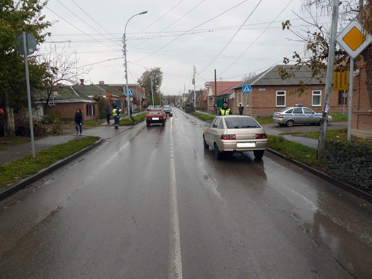 В Таганроге в результате столкновения двух легковушек на пешеходном переходе пострадал пенсионер